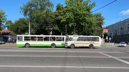 Автобусы с 40 пассажирами столкнулись в час пик в Воронеже: есть пострадавшие