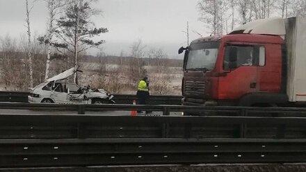 В Воронеже из искорёженной после ДТП легковушки спасатели достали парня и двоих детей