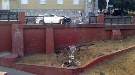 Водитель Infiniti разгромил ограждение у Каменного моста в Воронеже