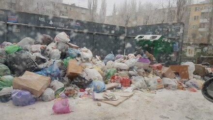 Двор между пятиэтажками в Воронеже превратился в свалку