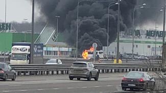 Пассажирский автобус вспыхнул на парковке воронежского ТЦ: появилось видео