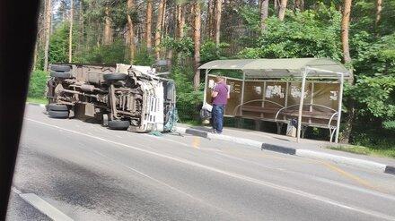 На остановке в Воронеже после ДТП с легковушкой перевернулся грузовик
