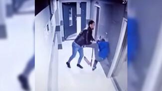Воронежца накажут за попавшее на видео избиение подростка в подъезде многоэтажки