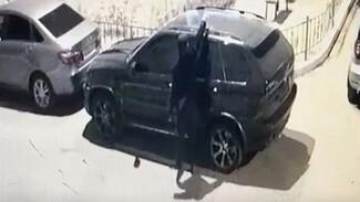 В Воронеже неизвестный облил кислотой BMW: появилось видео