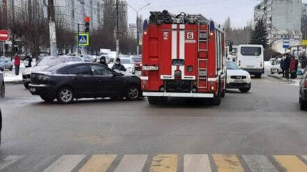 Мчащаяся на вызов пожарная машина попала в ДТП в Воронеже