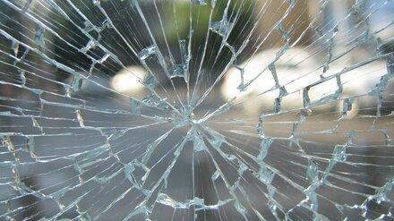 В Воронеже сброшенная с высоты бутылка пробила стекло иномарки