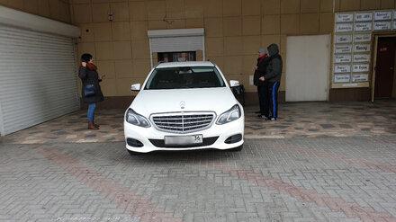 Водителя Mercedes оштрафовали за езду по тротуару в центре Воронежа