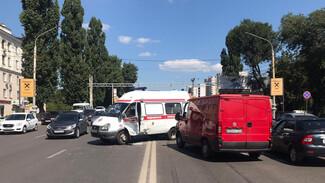 Спешившая на вызов скорая попала в ДТП на Заставе в Воронеже