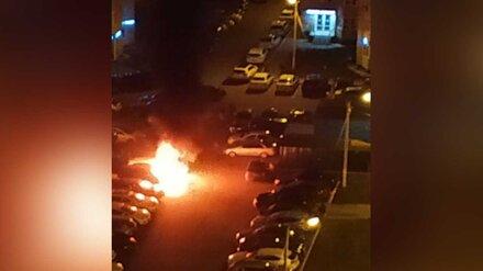 Во дворе воронежского ЖК сгорели три иномарки: появилось видео