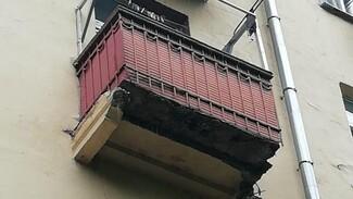 В управляющей компании объяснили частичное обрушение балкона воронежской сталинки