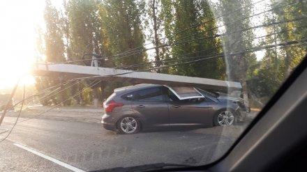 Очевидцы: в Воронеже иномарка снесла придорожный столб