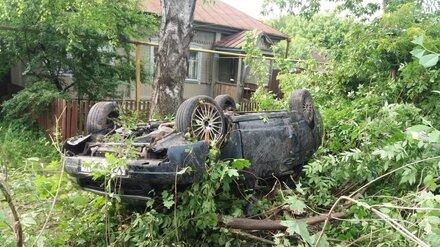 В воронежском селе во дворе частного дома опрокинулась «Приора»: есть погибший