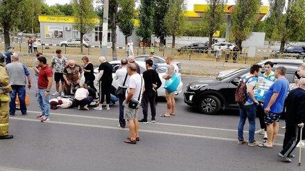 В Воронеже иномарка сбила двух женщин и ребёнка