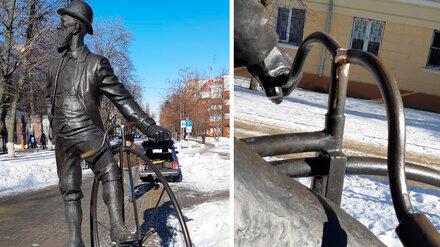 На памятнике Столлю в центре Воронежа починили сломанный руль