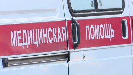 В Воронеже иномарка влетела в припаркованный ВАЗ: пострадали парень и девушка