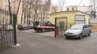 «Хамят и не слушают». Избегающие платных парковок чиновники захватили воронежский двор