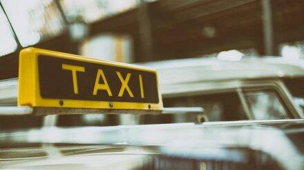 В Воронеже голодные клиенты избили таксиста за просьбу не есть в салоне