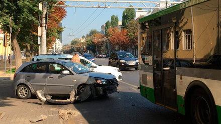 В центре Воронежа иномарка врезалась в автобус
