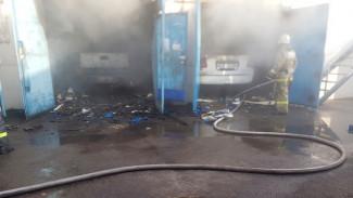 В воронежском автосервисе сгорели три машины