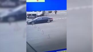 В Воронеже бензовоз без водителя укатился с заправки и снёс иномарку: появилось видео