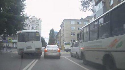 Воронежский маршрутчик за полминуты четыре раза нарушил ПДД