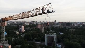 Воронежский экстремал показал опасный перформанс на 100-метровой высоте