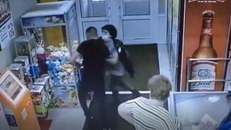 Директор воронежского супермаркета дала отпор рецидивисту: появилось видео