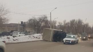 В Воронеже после столкновения с легковушкой опрокинулся грузовик