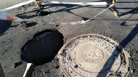В Воронежской области дорожники на «КамАЗе» провалились под только уложенный асфальт