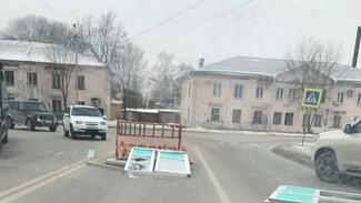Грузовик потерял пластиковые окна на оживлённом перекрестке в Воронеже