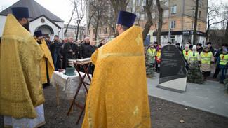 В день памяти жертв ДТП в Воронеже открыли обелиск и отслужили панихиду