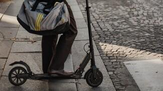 В Воронеже на оживлённой улице иномарка сбила мужчину на электросамокате