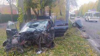 В Воронеже BMW разорвало на части после столкновения со столбом