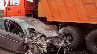 Водитель иномарки погиб при лобовом столкновении с «КАМАЗом» под Воронежем