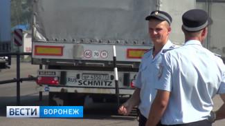 В Воронежской области автоинспекторы вручную регулируют движение на трассе в Лосево