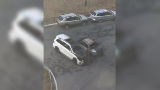 В Воронеже во дворе многоэтажки сгорели 2 машины: пожар попал на видео