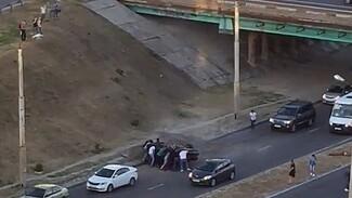 Появилось видео, как воронежцы спасли парней из горящего после падения с эстакады Mercedes