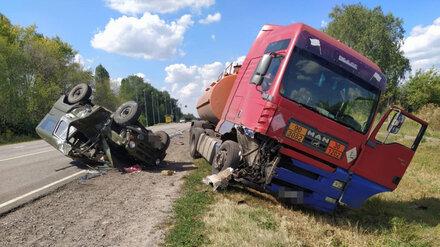 На воронежской трассе столкнулись УАЗ и грузовик с топливом: 2 человека в больнице