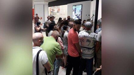 Воронежцы сравнили давку у пункта вакцинации в ТЦ с маршруткой в час пик