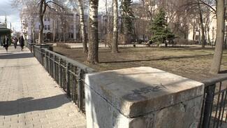 Забор из могильных плит нашли между мэрией Воронежа и гордумой