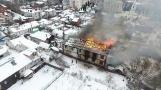 Сгорели два этажа из трёх. Воронежские спасатели потушили полыхавший дом