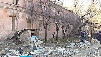 Волонтеры и журналисты решили очистить от мусора усадьбу Гардениных
