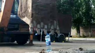 В Воронеже водитель экскаватора присоединился к модному флешмобу Bottle Cap Challenge