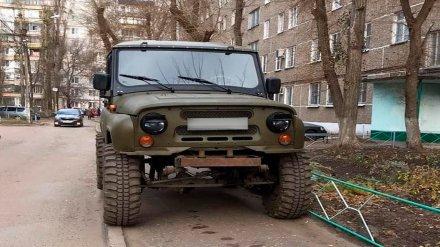 В Воронеже водителя УАЗа наказали за парковку на узком тротуаре