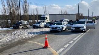 Полиция открыла стрельбу на оживлённой воронежской трассе из-за вооружённого водителя