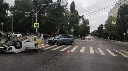 Полиция рассказала о жутком ДТП с перевернувшейся на крышу иномаркой в Воронеже