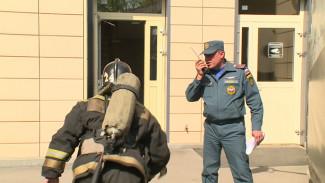 Воронежские пожарные на скорость «штурмовали» 25-этажный торговый центр