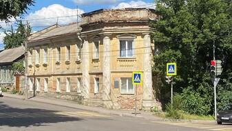 В тихом центре Воронежа отреставрируют дом с «триумфальной аркой»
