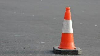Грузовик задавил дорожного рабочего на трассе в Воронежской области
