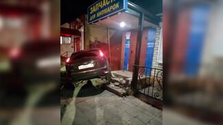 В Воронеже за рулём влетевшей на ступеньки магазина иномарки оказалась 39-летняя женщина